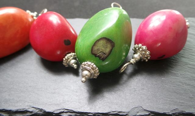 Tagua-Nuss mit Einschluessen zu Anhaengern mit 925 Sterling Silber verarbeitet, Stein-Nuss, bunte Vielfalt