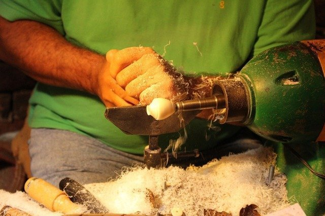 Eine Tagua-Nuss wird bearbeitet Stein-Nuss Rohzustand Bearbeitung