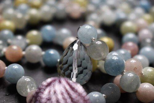 mala-unikat-schmuck-gebetskette-aquamarin-bergkristall-morganit-beryll-mala-knuepfen